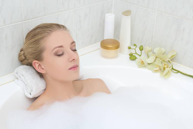 Niekorzystnie na florę bakteryjną pochwy wpływają długie kąpiele w wannie z zastosowaniem aromatycznych olejków