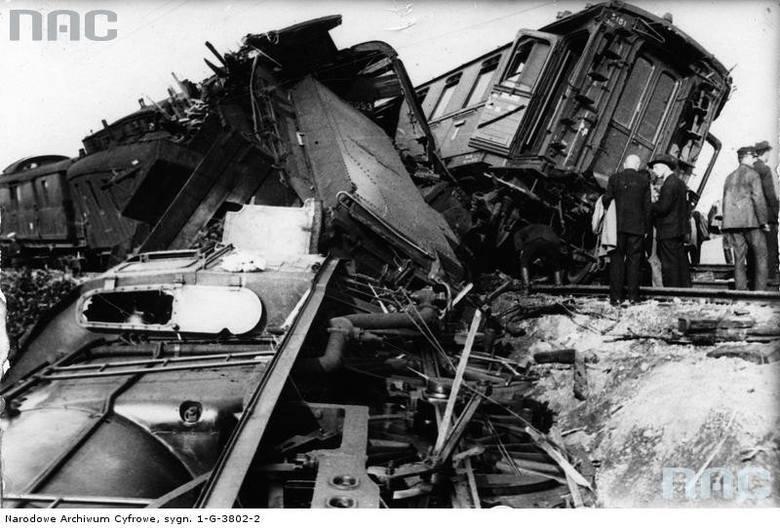 Maszynista z pomocnikiem starali się usunąć uszkodzenie. Tymczasem z warszawskiego Dworca Wschodniego jechał już po tym samym torze z prędkością 80 km