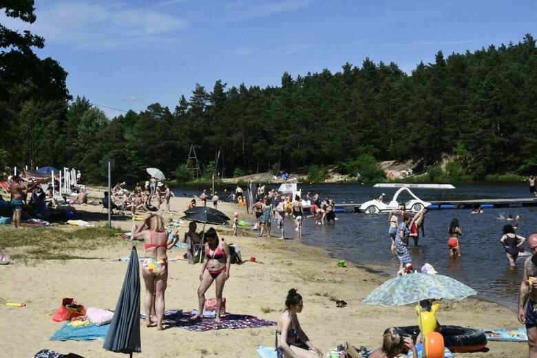 Żar lejący się z nieba skusił mnóstwo osób do szukania ochłody w wodach zalewu Kaniów, w gminie Zagnańsk. W niedzielę, 20 czerwca, próżno było szukać