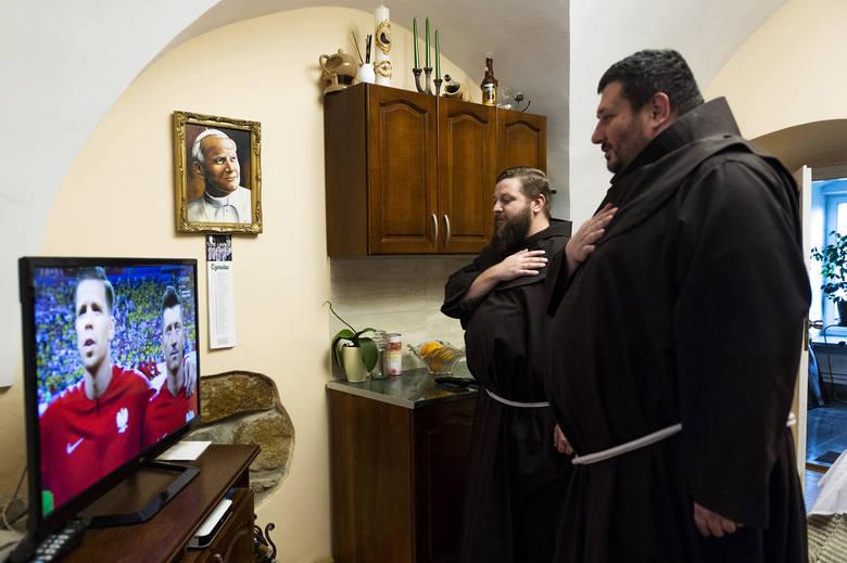 Zdjęcie pojedyncze - II miejsce w kategorii LUDZIEMałopolska, Zakliczyn. Bracia franciszkanie z zakonu w Zakliczynie podczas hymnu narodowego przed meczem