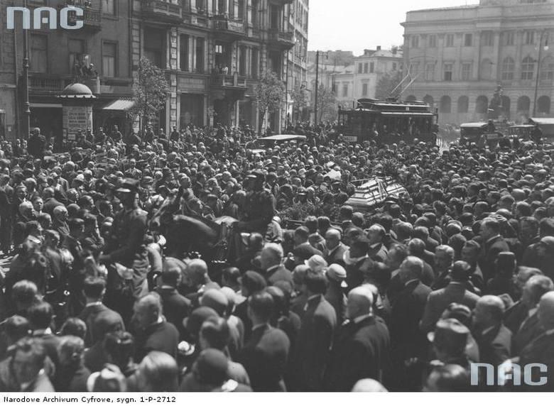 Kondukt pogrzebowy z ciałem podporucznika Szczepana Olchowicza na Krakowskim Przedmieściu przed kościołem św. Krzyża.