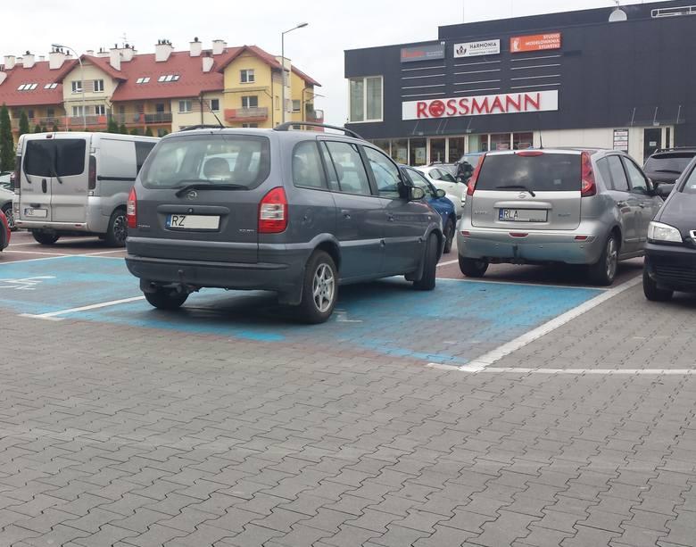 Ulica Leska, parking przed Biedronką. Opel bez zezwolenia stoi na miejscu dla osób niepełnosprawnych.