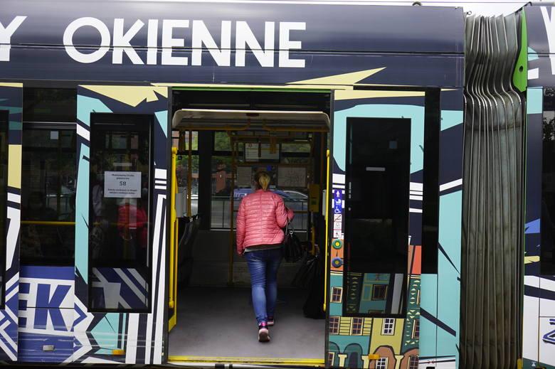 Od poniedziałku, 18 maja więcej osób może wejść do autobusów i tramwajów.