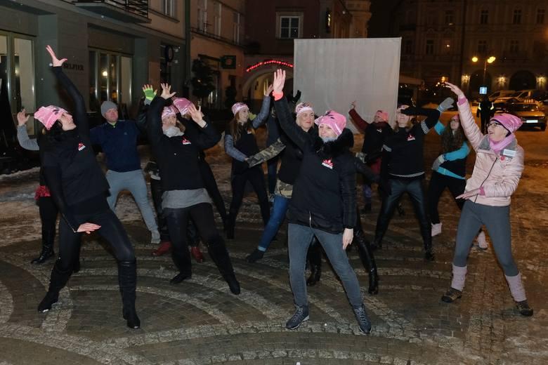 """""""One Billion Rising"""" (po polsku """"Nazywam się Miliard"""") to ogólnoświatowy protest w formie tańca, który zwraca uwagę na przemoc wobec dziewcząt i kobiet,"""