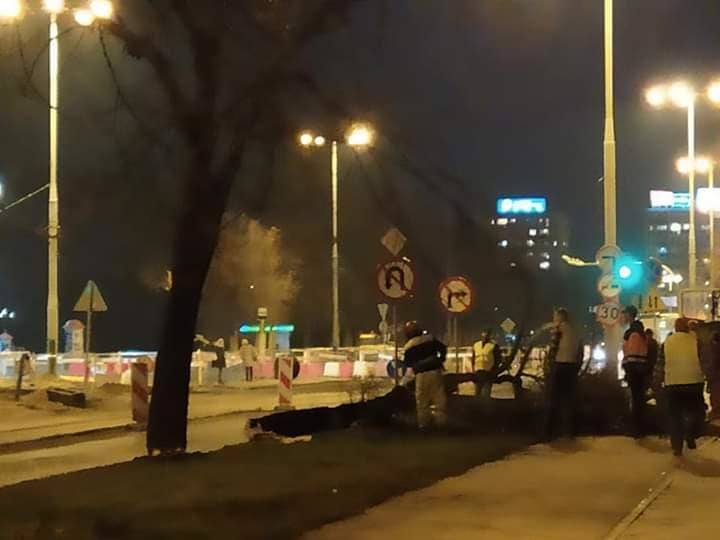 W środę wieczorem na placu budowy przy al. Jana Pawła II znów odezwały się piły. Wycięte zostały drzewa, które wcześniej były zabezpieczone. Dlaczego