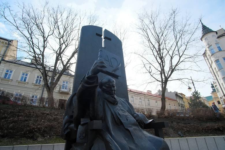 Monika Różycka radna Rady Miejskiej w Przemyślu (Kukiz'15) zwróciła się do prezydenta z prośbą, aby uzupełnić inskrypcję na cokole pomnika Jana Pawła