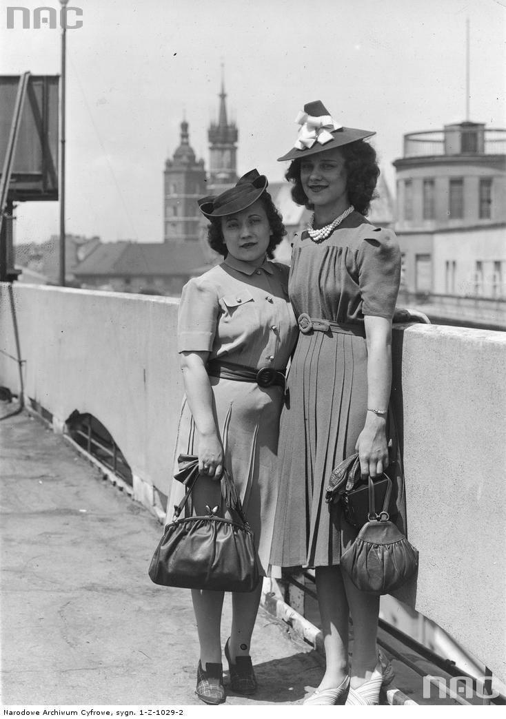 Miss Polonia USA Jadwiga Bieńko (z prawej) w towarzystwie opiekunki A. Osin na dachu Pałacu Prasy. W oddali widoczne wieże kościoła Mariackiego, z prawej fragment budynku Poczty Głównej z tarasem.