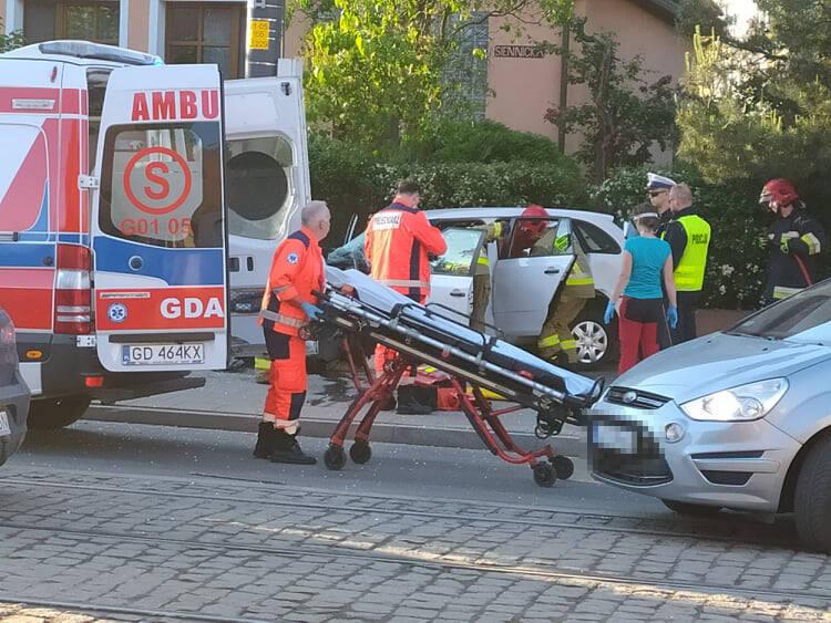 Samochód wypadł z jezdni i uderzył w przystanek i słup energetyczny na gdańskiej Przeróbce, 11.06.2021