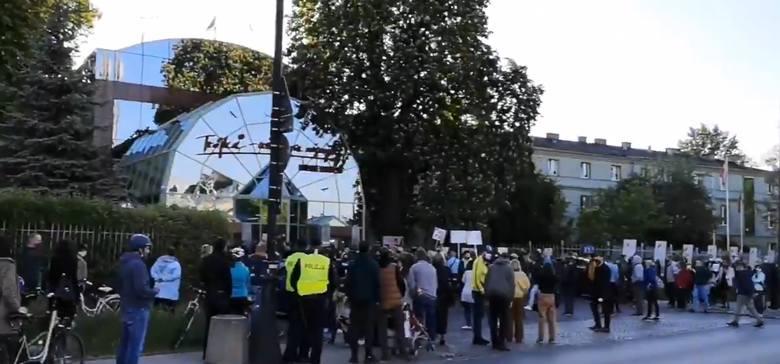 """Lista przebojów """"Trójki"""" po aferze z piosenką Kazika. Sprawdź, jaki przebieg miała audycja (22.05). Protest pod siedzibą stacji"""