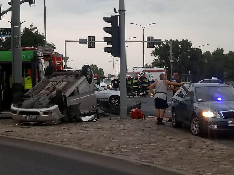 Do wypadku doszło na skrzyżowaniu ul. Księcia Mieszka I z Al. Solidarności w Poznaniu. W tym miejscu zderzyła się karetka i samochód osobowy.Przejdź