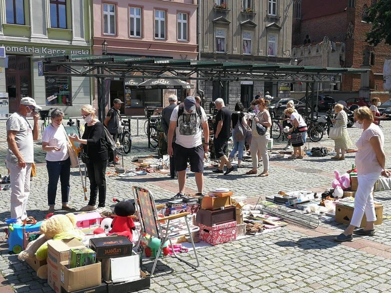 Toruński Pchli Targ to cykliczna, organizowana od kilku lat impreza, podczas której jest okazja do wymiany i sprzedaży używanych przedmiotów, pamiątek,