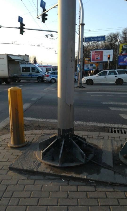Karetka na sygnale zderzyła się z audi na skrzyżowaniu w Lublinie. Zobacz zdjęcia