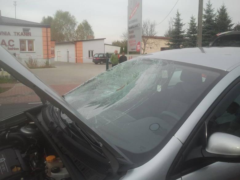 Śmiertelny wypadek pod Pabianicami. Samochód potrącił pieszych [ZDJĘCIA+FILM]