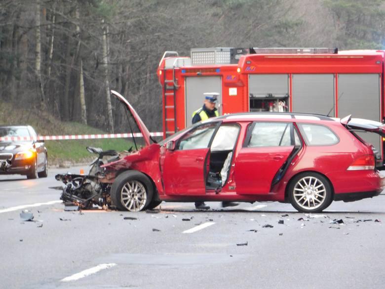 Na drodze krajowej nr 6 między Koszalinem, a Sianowem doszło do tragiczne wypadku, w którym udział wzięły dwa samochody osobowe. Jak informuje koszalińska
