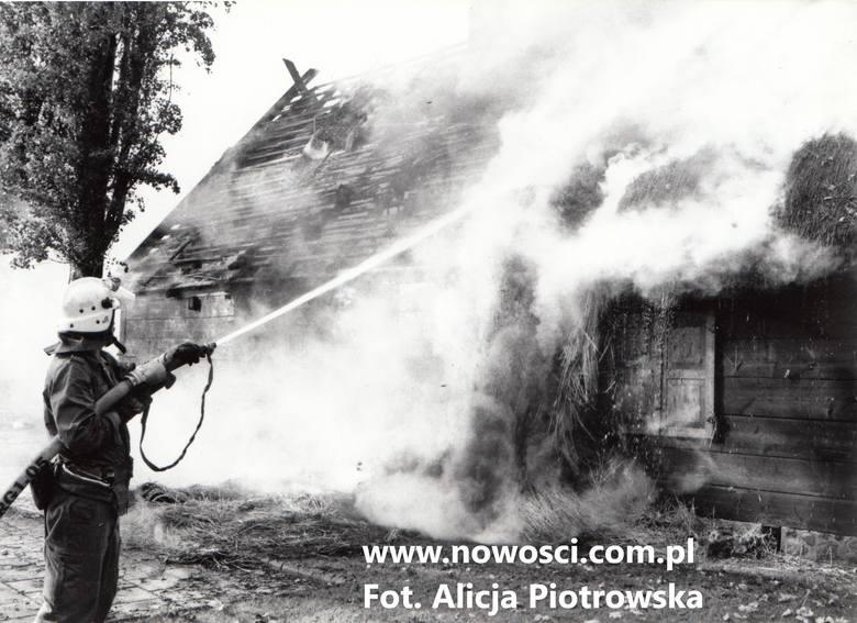 """Płomienie, które 16 października 1996 roku po godz. 14 strzeliły z dachu karczmy """"U Damroki"""" w Toruniu, sięgnęły kilkunastu metrów.Do walki z nimi ruszyło"""