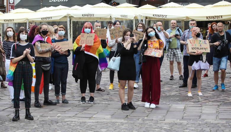 Protest w obronie środowisk LGBT na rzeszowskim rynku [ZDJĘCIA]
