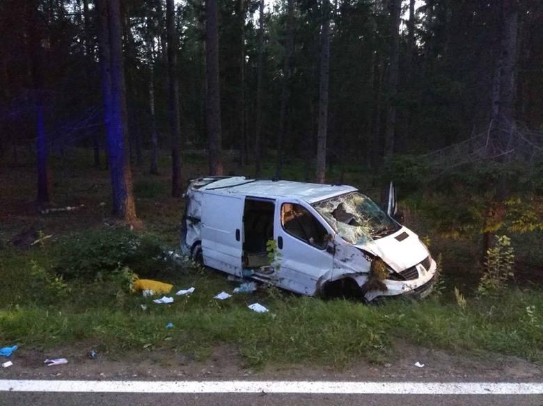 Nietrzeźwy kierowca podczas wyprzedzania ciężarówki stracił panowanie nad pojazdem i zjechał do rowu.