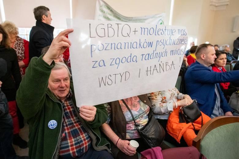Piotr P. został oskarżony o kierowanie gróźb karalnych wobec poznańskich radnych na sesji rady miasta. Grożą mu dwa lata więzienia