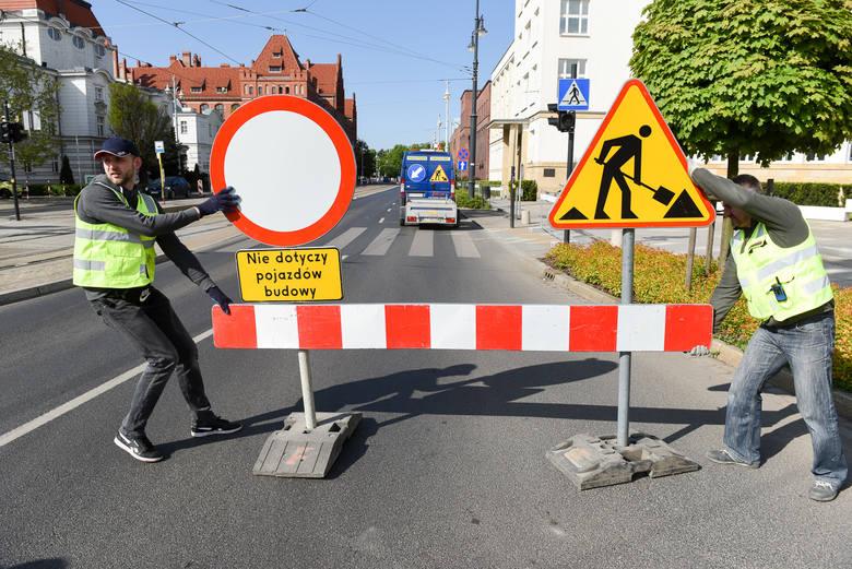 Punktualnie o godzinie 9 zamknięto fragmenty dwóch ulic w centrum Torunia. Jak funkcjonują objazdy, które w związku z tym wprowadzono?Zobacz też: MAPKI,