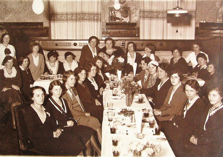 Grudziądz 1932 r. Sokole pożegnanie mojej mamy (na zdjęciu w środku), która przeprowadzała się do Torunia