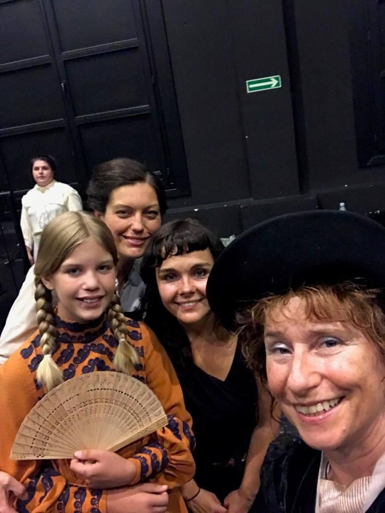 Dorota Tułodziecka-Adams (pierwsza od lewej), potomkini sióstr Tułodzieckich - Zofii i Anieli,  zasłużonych dla ruchu kobiecego w Poznaniu i Wielkopolsce podczas zaborów