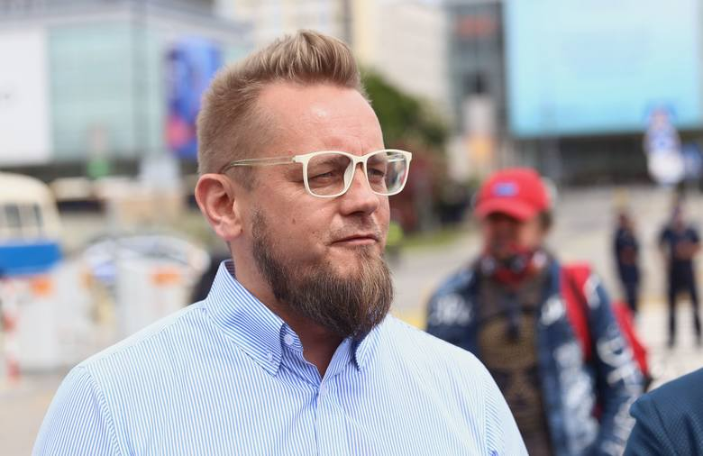 Trwa protest przedsiębiorców w Warszawie. Organizator, Paweł Tanajno, trafił do aresztu. Policja zatrzymała część protestujących [ZDJĘCIA]