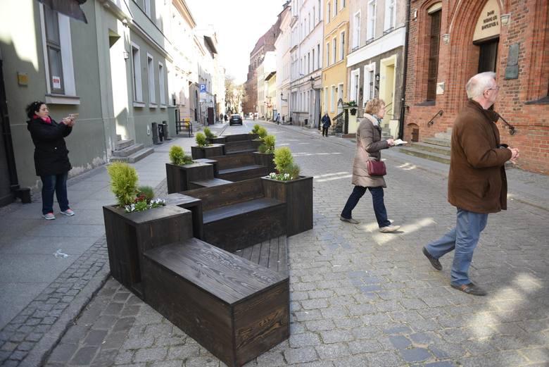 Nowe miejskie meble pojawiają się na starówce w Toruniu. Po zimie wyrastają też komercyjne letnie ogródki, których w tym sezonie może być około 30.
