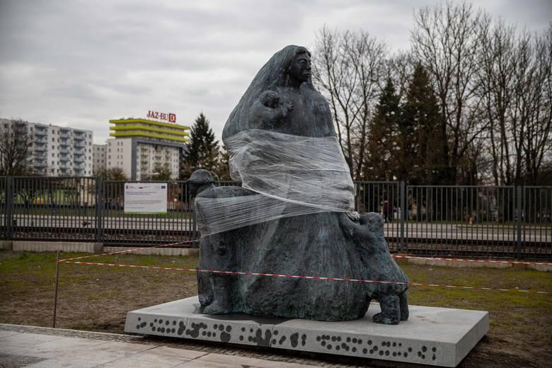 Pomnik Matki Sybiraczki już stoi przy Muzeum Pamięci Sybiru
