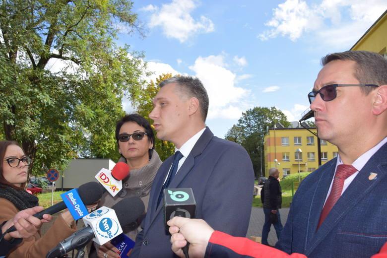 Od lewej: starosta Jacek Monkiewicz, dyrektor BCM Kamil Dybiziński i członej zarządu powiatu Monika Jurek w czasie wrześniowej konferencji o problemach