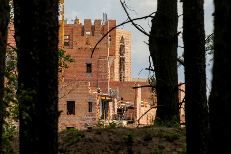 Mieszkańcy nie przejmują się tym, że zaledwie kilkaset metrów dalej budowany jest ogromny zamek.