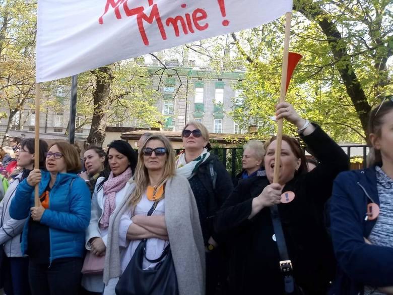 We wtorek w manifestacji nauczycieli przed Ministerstwem Edukacji Narodowej w Warszawie wzięła udział blisko 100-osobowa reprezentacja pedagogów z Bydgoszczy. Z całego województwa kujawsko-pomorskiego do stolicy udało się w sumie 13 autokarów