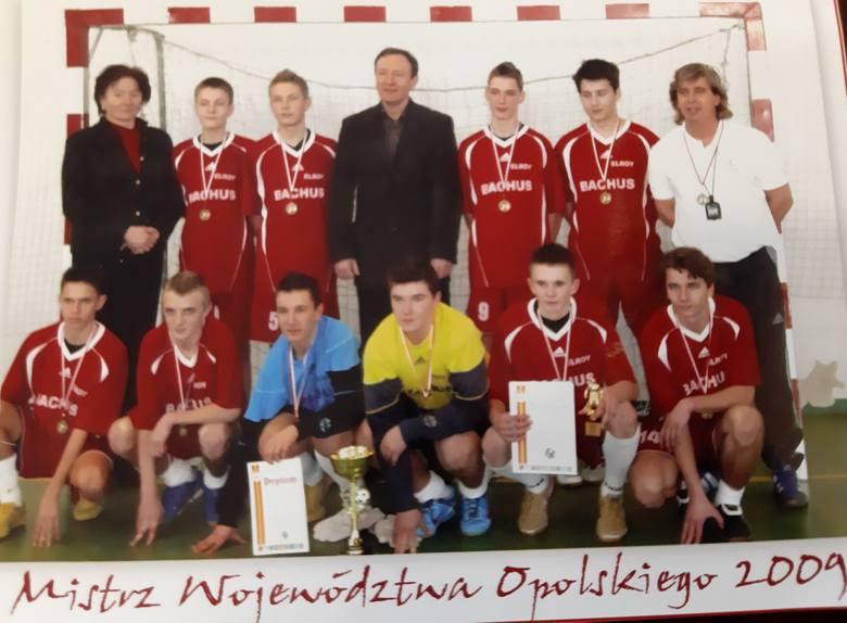 Mistrzowie Województwa Opolskiego 2009, w dolnym rzędzie drugi od lewej Jan Grzesik, drugi od prawej Adam Deja.