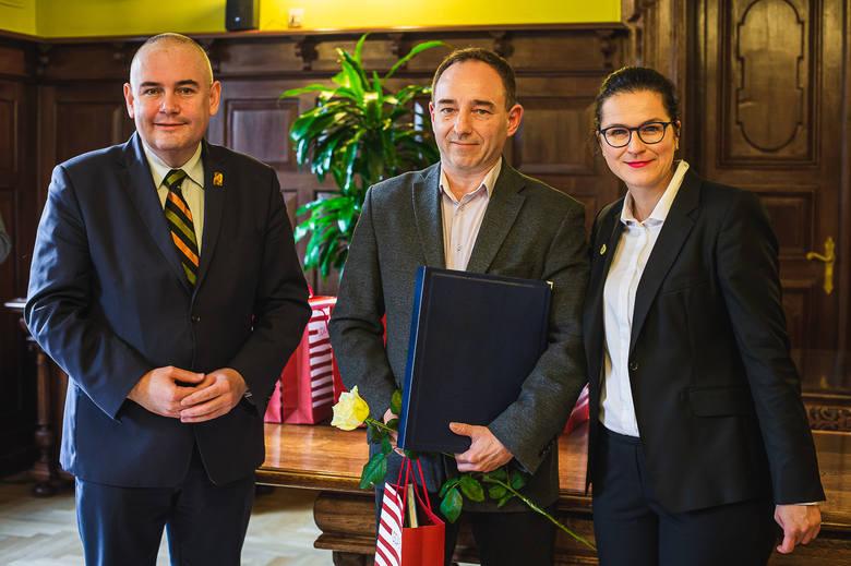 Laureat nagrody głównej dr n. med. Maciej Niedźwiecki (w środku) z prezydent Aleksandrą Dulkiewicz oraz wiceprezydentem Piotrem Kowalczukiem