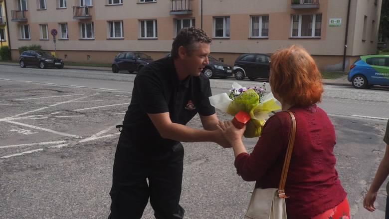 Strażacy wrócili ze Szwecji. W Świnoujściu powitał ich premier Polski Mateusz Morawiecki. Wczesnym rankiem do portu w Świnoujściu przybił prom z polskimi strażakami, którzy przez dwa tygodnie walczyli z pożarami trawiącymi lasy w środkowej Szwecji.<br /> <br /> W uroczystym powitaniu na terenie...