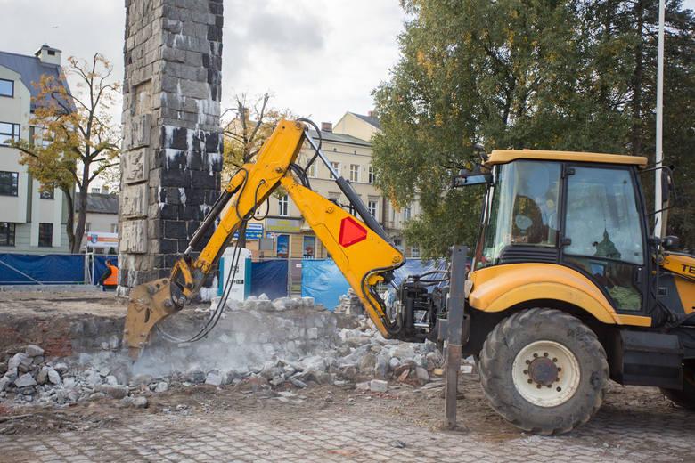 Trwa remont pomnika Żołnierza Polskiego przed słupskim ratuszem. Plan renowacji zakłada powrót do pierwotnej wysokości platformy na której stoi monument, likwidację znicza dodanego wtórnie i demontaż okładziny słupa. Również jego skrócenie o jedną trzecią.