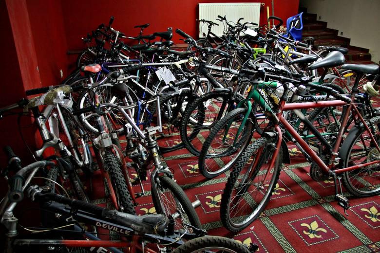 Jak można zgubić aż tyle rowerów? Możliwe, że wiele z nich zostało skradzionych i potem porzuconych przez złodzieja