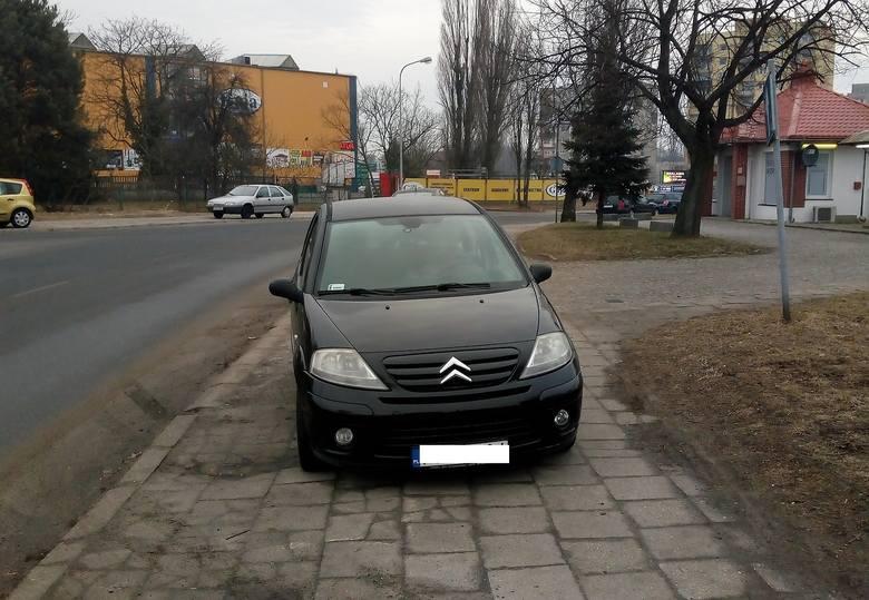 Bezczelny autodrań stanął na środku chodnika na ul. Towarowej w Zielonej Górze [ZDJĘCIE CZYTELNIKA]