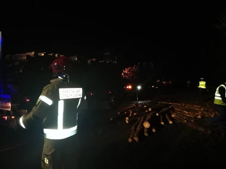 Bale z drewna, które spadły z ciężarówki, zablokowały drogę wojewódzką koło Tychówka (powiat białogardzki).Do niebezpiecznego zdarzenia doszło w piątek
