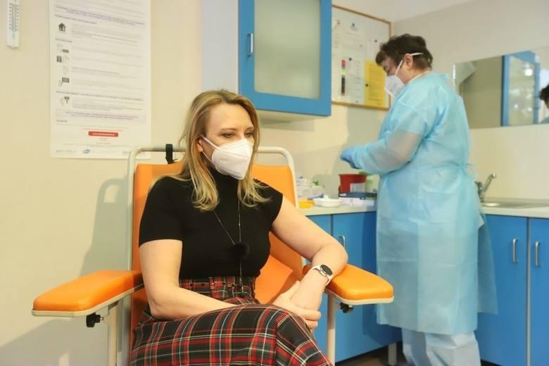 Kontrowersyjny postulat mający zachęcić Polaków do szczepień przeciw COVID-19 zgłosiła prof. Anna Piekarska, kierownik Katedry i Kliniki Chorób Zakaźnych