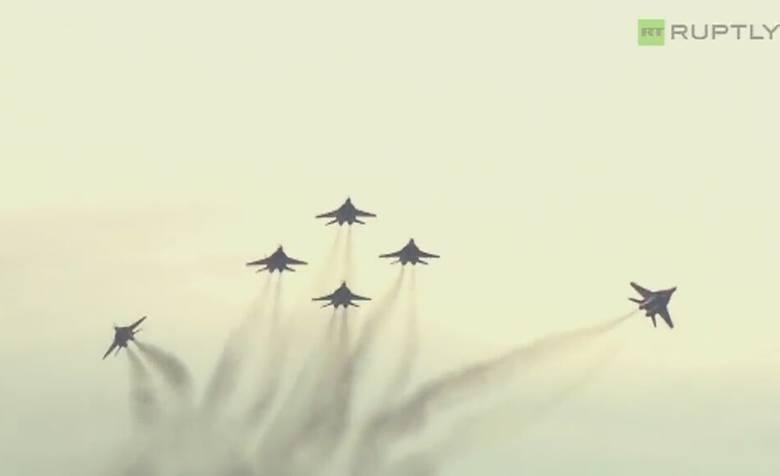 Podniebne akrobacje myśliwców w Kubince pod Moskwą (wideo)