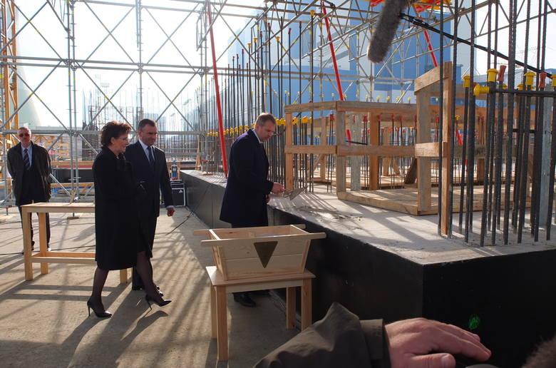 Premier Ewa Kopacz i minister skarbu Włodzimierz Karpiński podczas uroczystości wmurowania aktu erekcyjnego w fundamenty nowych bloków Elektrowni Opole