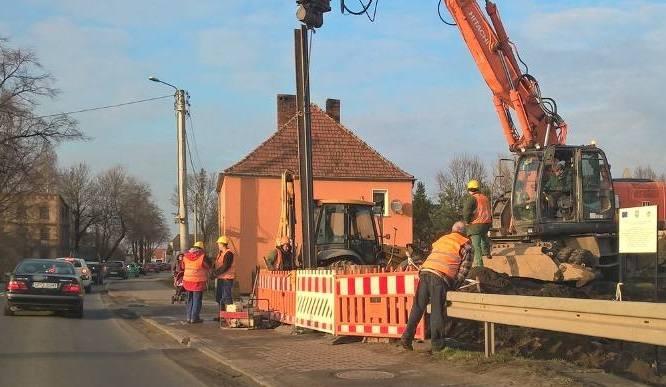 Budowa mobilnej zapory w Czarnowąsach przy moście na drodze wojewódzkiej nr 454.