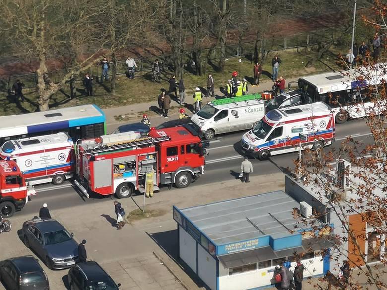 Karambol na Witkiewicza w Szczecinie. W wypadku wzięło udział sześć pojazdów - 25.03.2020