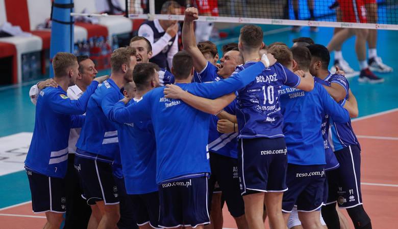 Czytaj więcej:  Asseco Resovia sensacyjnie przegrała z drużyną beniaminka PlusLigi z Suwałk. Andrzej Kowal wrócił na Podpromie i wygrał! [RELACJA]