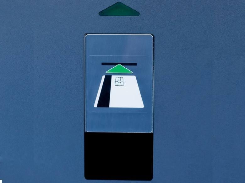 Sklepy przegrywają z bankomatamiPo pierwszym półroczu tego roku było 17 950 bankomatów