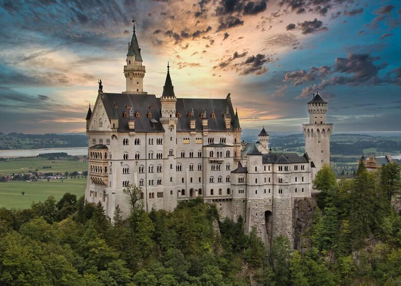 Neuschwanstein, NiemcyJeden z najsłynniejszych zamków świata znajduje się na terenie niemieckiej gminy Schwangau. Wygląda nieprawdopodobnie idealnie?