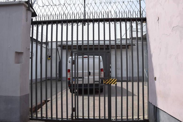 W każdej prawie celi jest telewizor z którego osadzeni mogą korzystać do godziny 22, czyli do ciszy nocnej