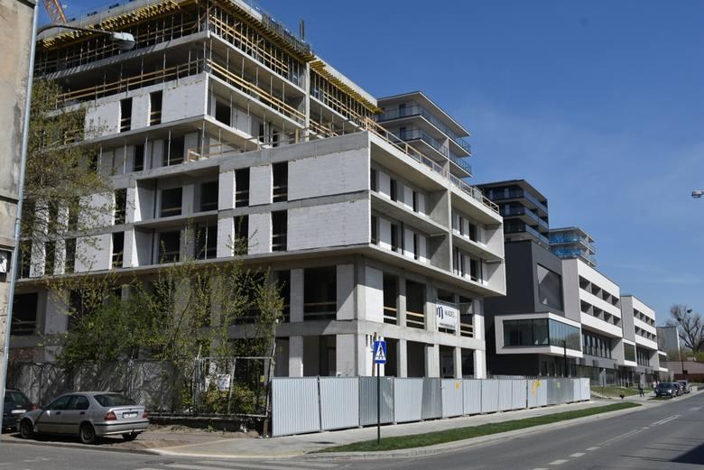 Na Bałutach (38 inwestycji) trudno nie zauważyć budowy  przy ul. Drewnowskiej 43, gdzie łódzka firma Atal wznosi  18 budynków, w których będzie łącznie