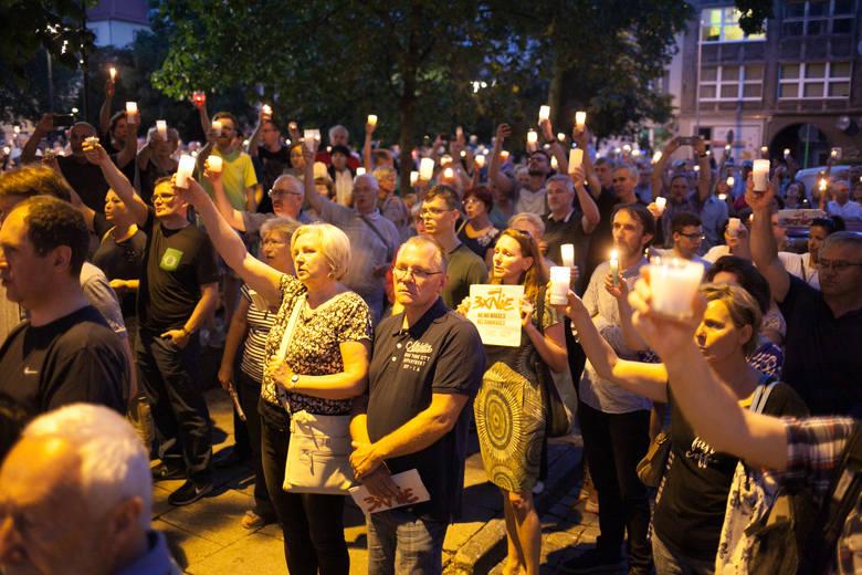 Wolność, Równość, De-mo-    kracja! Ludzie w całej Polsce na ulicy upomnieli się o swoje prawa i skarcili polity    ków.Protest na balkonie. Nie        wszystkim łatwo jest wyjść z domu, ale wszyscy mają takie same prawa.