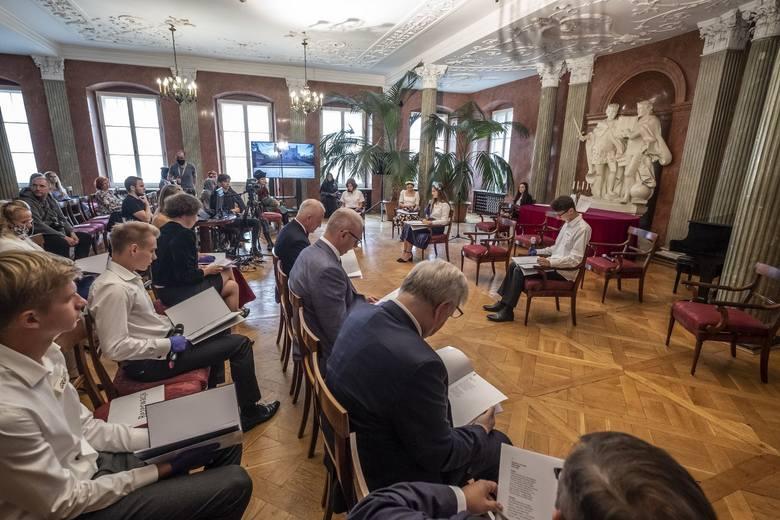 """Kolejna edycja """"Narodowego Czytania"""" odbyła się w Sali Czerwonej Pałacu Działyńskich przy Starym Rynku w Poznaniu."""